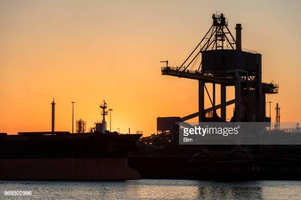 Commerciële dock met schip en kraan transportband