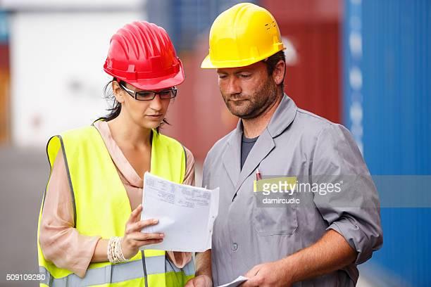 kommerzielle Dock Arbeiter und Kontrollinspektoren am Dock