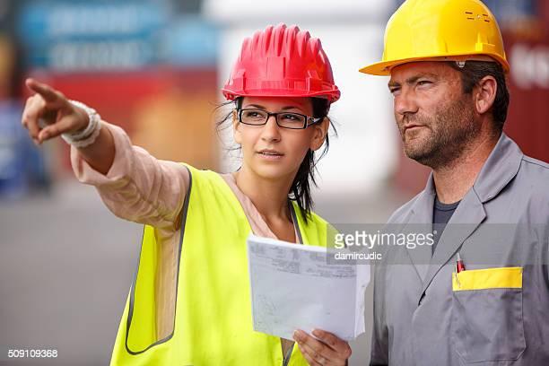 Travailleur inspecteur des quais et au port de commerce