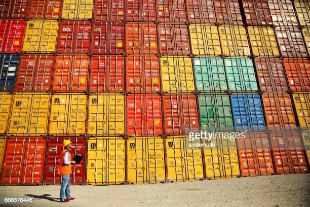 Commerciële dokken werknemer behandeling van containers