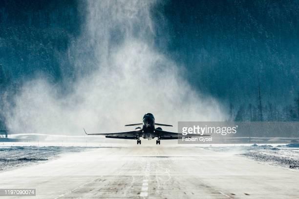 雪が吹き飛ぶ商業ジェット機 - 着陸する ストックフォトと画像