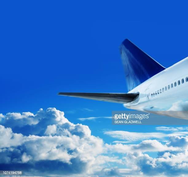 commercial jet in sky - flugzeugheck stock-fotos und bilder
