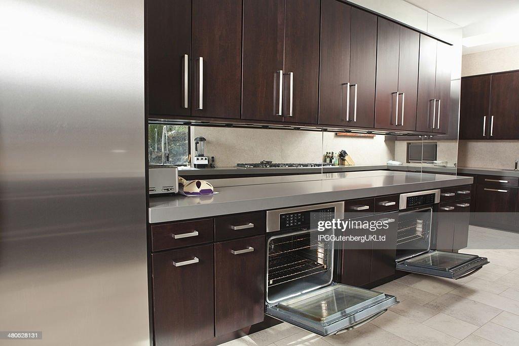 Gewerbliche Küche mit offenen Ofen und Schränke : Stock-Foto