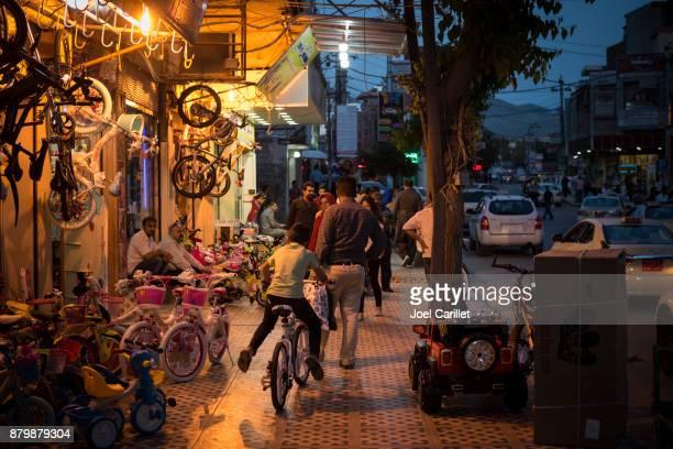vie commerciale dans la ville kurde de souleimaniyeh, irak - irak photos et images de collection