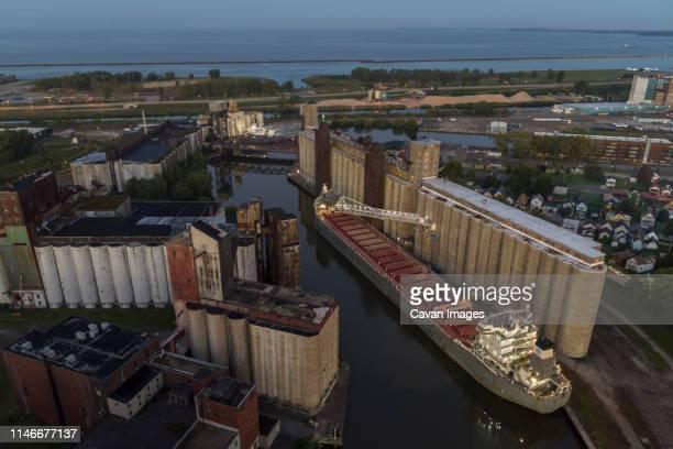a commercial ship unloads on the buffalo river, buffalo, new york - ニューヨーク州バッファロー市 ストックフォトと画像