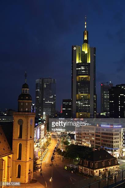 Commerzbank-Gebäude Turm Frankfurt beleuchtet bei Nacht