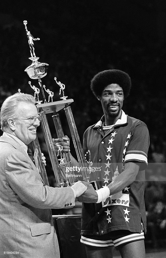 Julius Erving Receiving MVP Award at All Star Game : ニュース写真