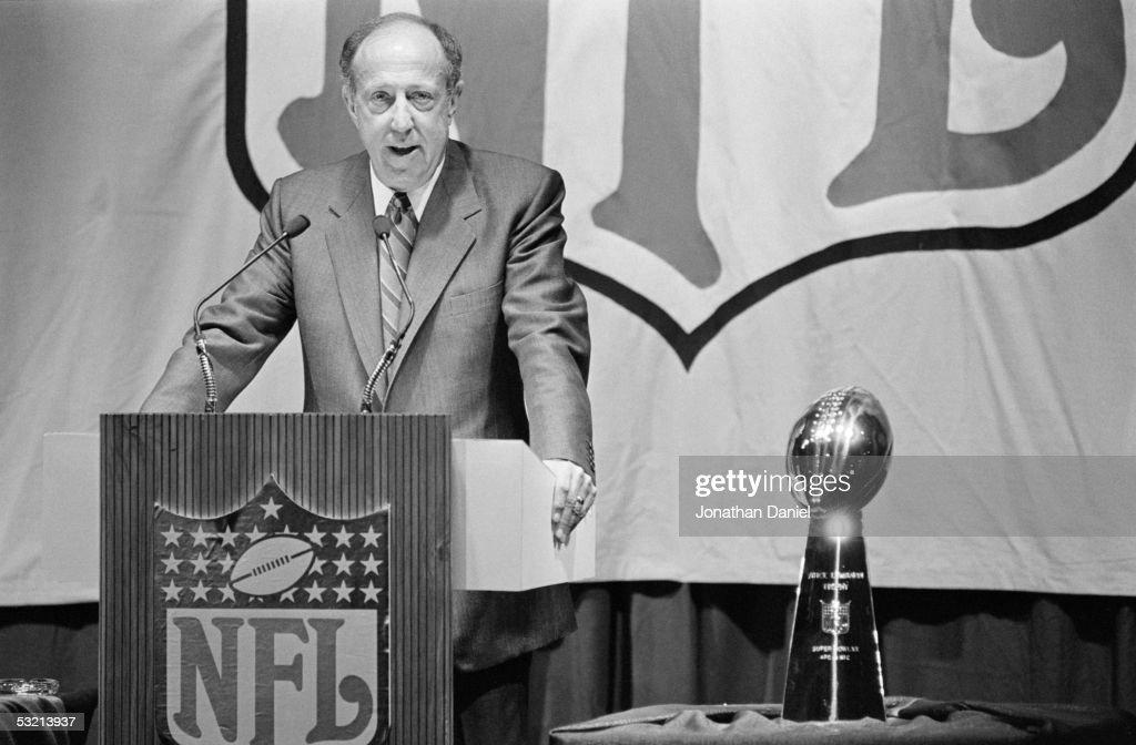 Super Bowl XX - Commissioner's Press Conference : News Photo