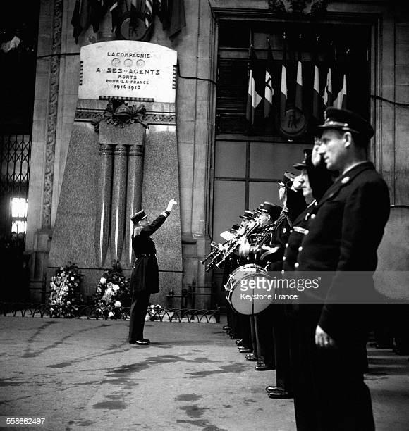 Commémorations avec la fanfare devant la stèle de la première guerre mondiale à la gare de Lyon à Paris France pour les agents de la SNCF morts pour...