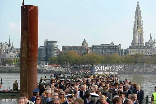 Commémorations de la Première Guerre Mondiale le Roi et la Reine assistent à l'inauguration de la réplique du pont flottant sur l'Escaut à Anvers...