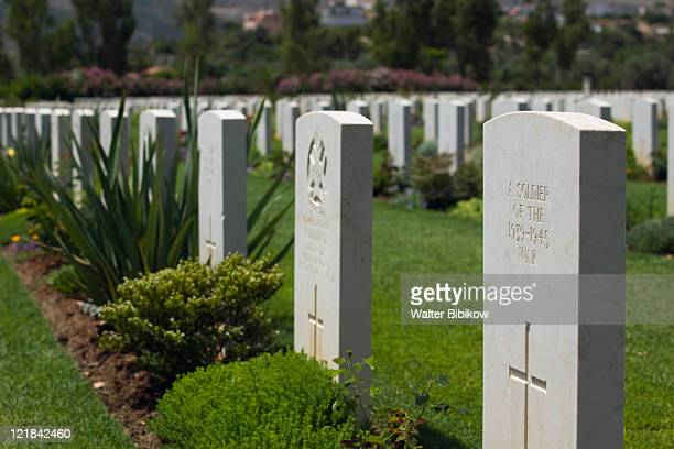 commonwealth military cemetery-graves of over 1500 british, australian & new zealand soldiers who perished in the battle of crete in ww2, souda, hania province, crete, greece - greece wwii stockfoto's en -beelden