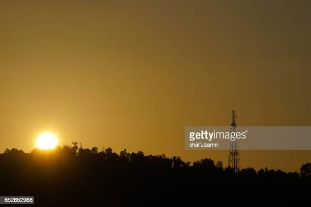 communication repeater or  antenna tower in ampang hills of kuala lumpur - shaifulzamri photos et images de collection