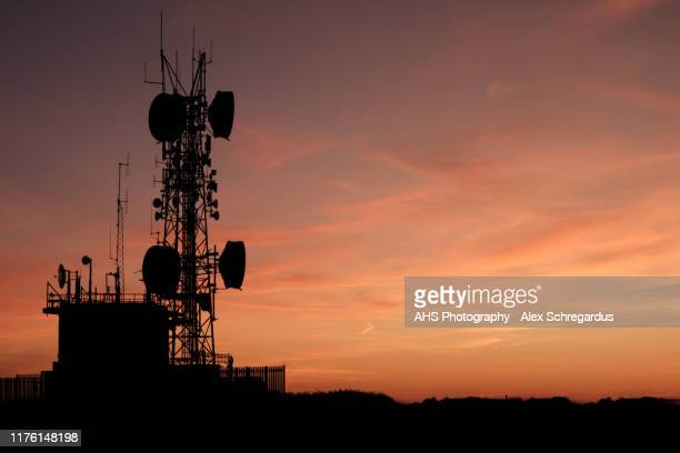 communications tower at sunset - 5g foto e immagini stock