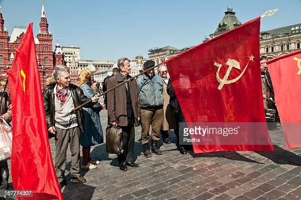 bandiera comunista in piazza rossa - bandiera comunista foto e immagini stock