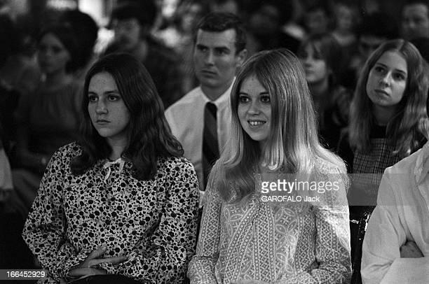 Communities In California EtatsUnis Californie janvier 1971 ici dans les locaux d'une nouvelle secte chrétienne des croyants assis écoutent...