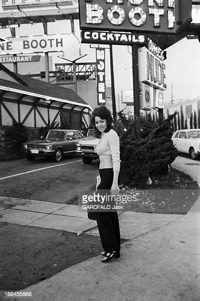 Communities In California EtatsUnis Californie janvier 1971 ici dans une rue près d'un motel et d'un bar proposant des spectacles avec des femmes...