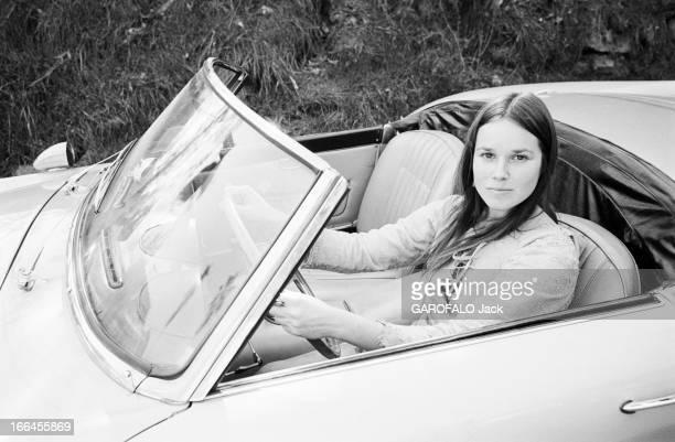 Communities In California EtatsUnis Californie janvier 1971 ici dans la rue portrait d'une femme au volant de sa voiture relevant la tête pour...