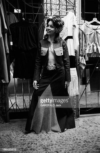 Communities In California EtatsUnis Californie janvier 1971 ici dans une boutique de mode une femme portant une veste ouverte sur sa poitrine nue et...
