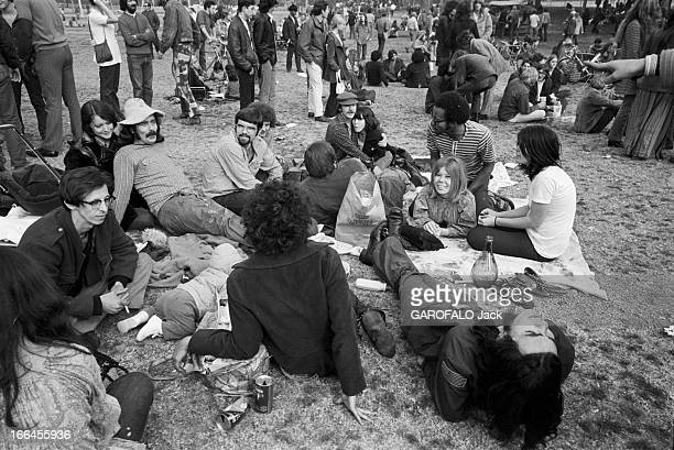 Communities In California EtatsUnis Californie janvier 1971 ici sur l'herbe parmi la foule debout un groupe d'hommes et de femmes s'est assis par...