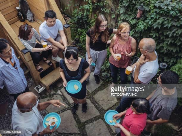 コミュニティ裏庭パーティー - 隣人 ストックフォトと画像