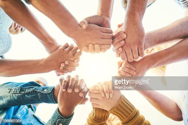 comunità è considerata la culla dell'umanità - mani incrociate foto e immagini stock