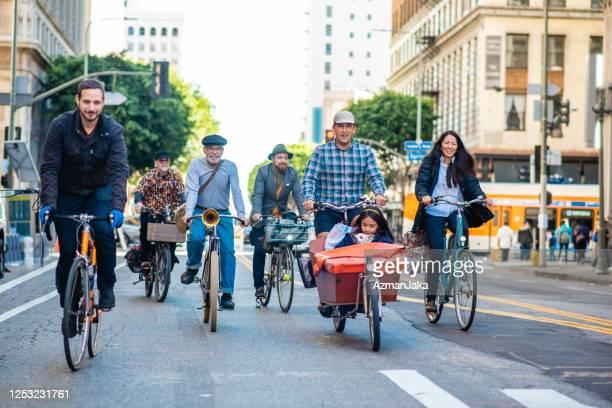 車のない都市圏で一緒に乗るコミュニティメンバー - 接近する ストックフォトと画像