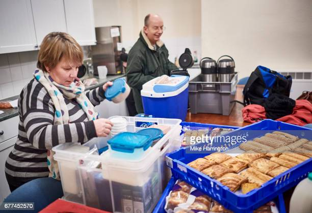 community volunteers preparing food for the homeless - charity and relief work stock pictures, royalty-free photos & images