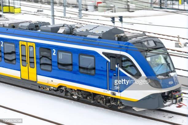 """ns communter trein rijdt door de sneeuw in de winter - """"sjoerd van der wal"""" or """"sjo"""" stockfoto's en -beelden"""