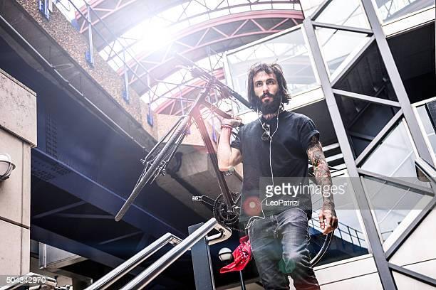 Pendler klettert Treppe außerhalb des Büros