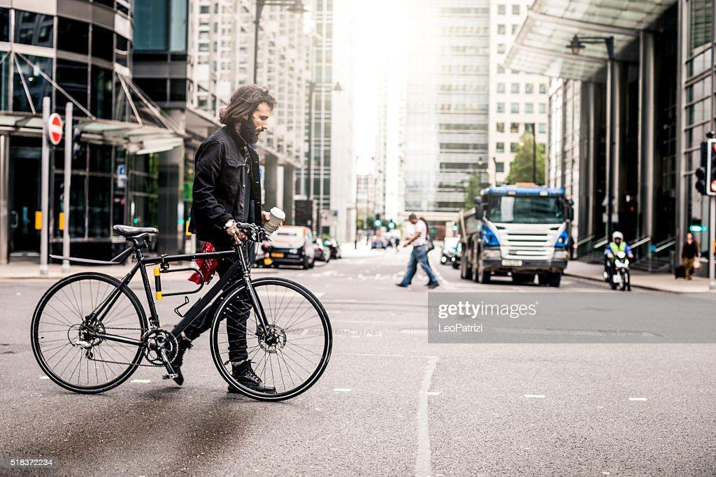 通勤の交差点で、道路の金融街 : ストックフォト
