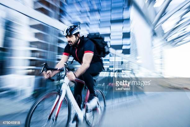 Ciclismo de passageiros rápido no trabalho de manhã
