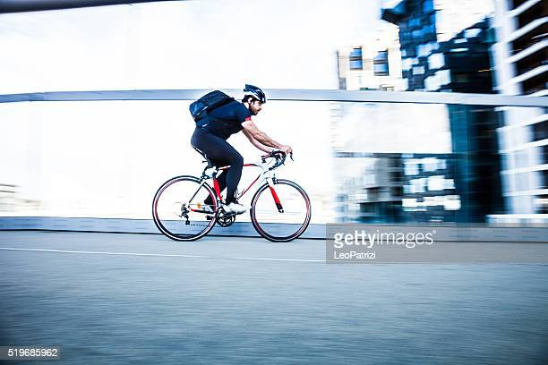 commuter cycling fast at work in the morning - spitsperiode stockfoto's en -beelden