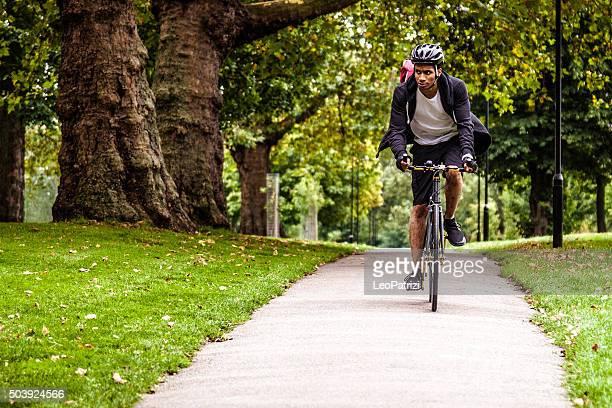 Commuter du vélo dans le parc en direction de travail à Londres