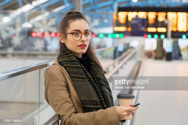 commuter is waiting in station. - hora de ponta papel humano imagens e fotografias de stock