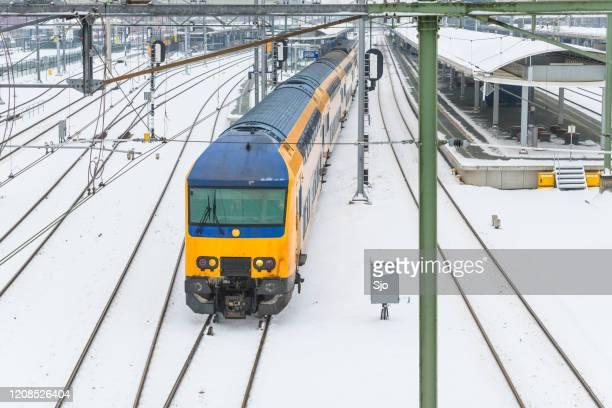 """ns forenzentrein rijdt in de winter door de sneeuw - """"sjoerd van der wal"""" or """"sjo"""" stockfoto's en -beelden"""