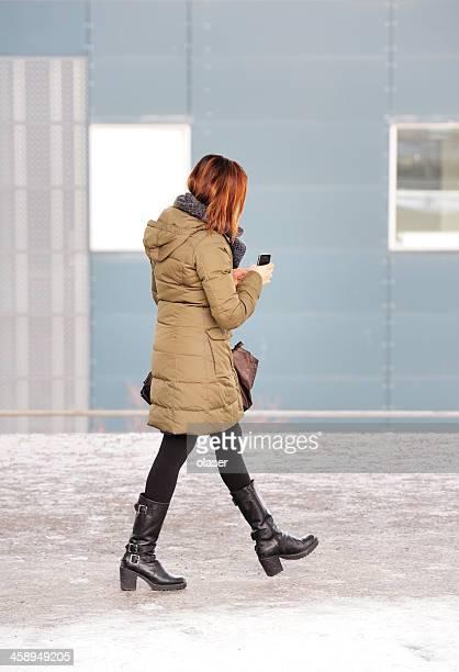 pendler warten zu fuß in u-bahn-station plattform - frau beine breit stock-fotos und bilder