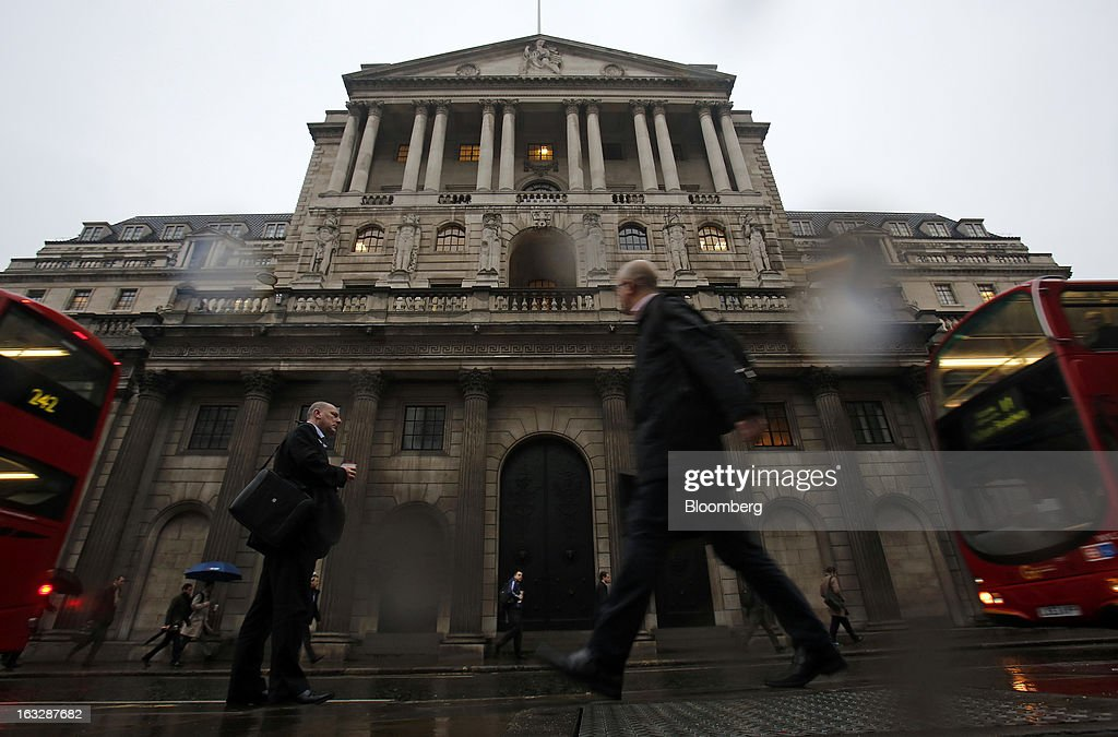 Commuters and London busses pass the closed main entrance of the Bank of England (BoE) in London, U.K., on Thursday, March 7, 2013. The pound dropped to its weakest level in more than 2 1/2 years versus the dollar before Bank of England policy makers announce their decision on whether they will add more stimulus to boost the U.K. economy. Photographer: Simon Dawson/Bloomberg via Getty Images