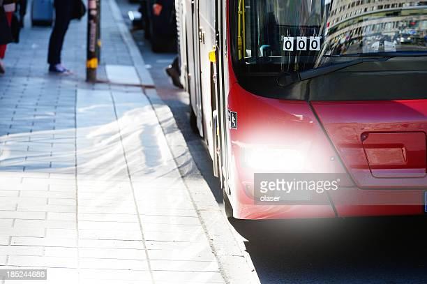 Pendler und roten bus