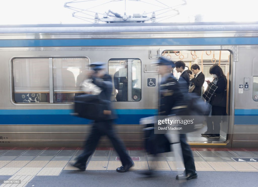 Commuters and train conductors in Japan : Stock-Foto