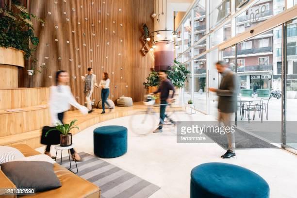 forenzen die aan bureaulobby aankomen - office stockfoto's en -beelden
