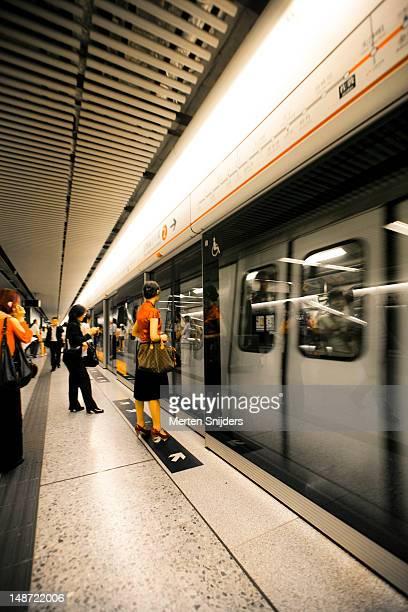 commuters awaiting subway train. - merten snijders stockfoto's en -beelden
