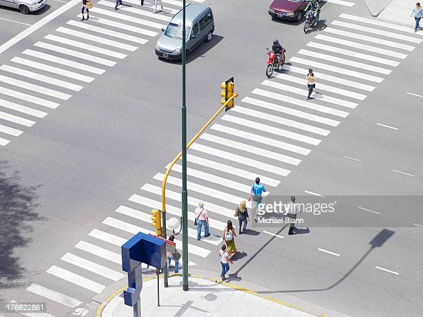 commuters crossing road - pedestre - fotografias e filmes do acervo