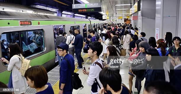 、東京の地下鉄の通勤者 - 地下鉄駅 ストックフォトと画像