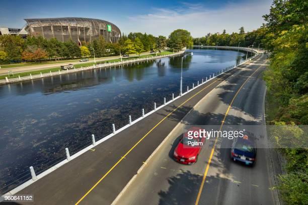 カナダのオタワにリドー運河によって都心の通勤者 - リドー運河 ストックフォトと画像
