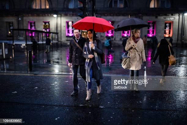 雨の降る夜の都市の通勤者 - 白杖 ストックフォトと画像