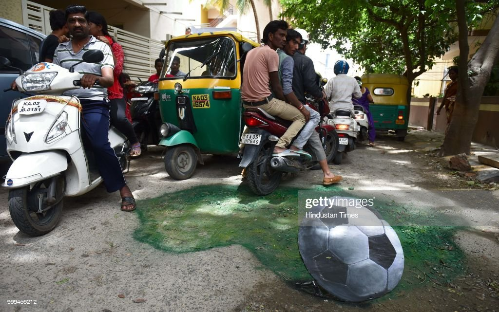 3d Football Painted On A Pothole By Baadal Nanjundaswamy In Bengaluru