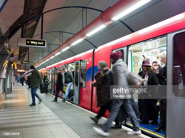 commuters using the london underground - rush hour stock pictures, royalty-free photos & images