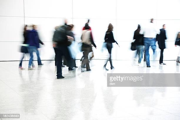Pendler zu Fuß im Korridor, Bewegungsunschärfe