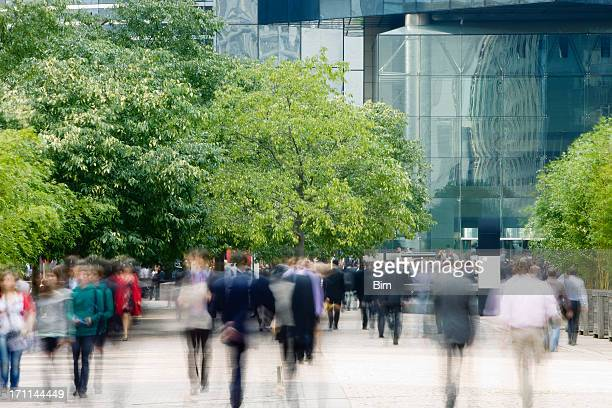 commuters walking in financial district, blurred motion - groene kleuren stockfoto's en -beelden