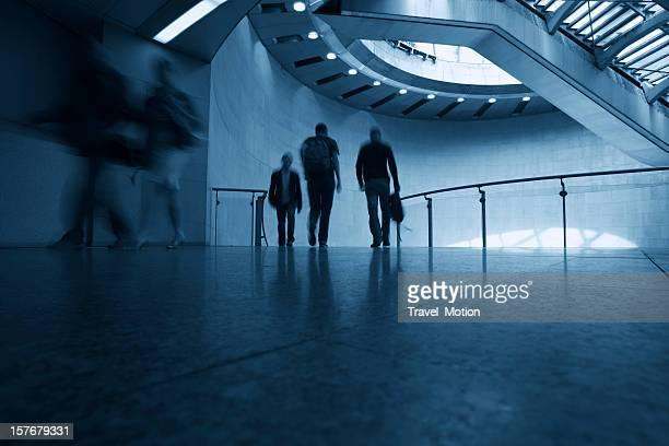 Tous les voyageurs modernes à pied de la gare Saint-Lazare, Paris, France